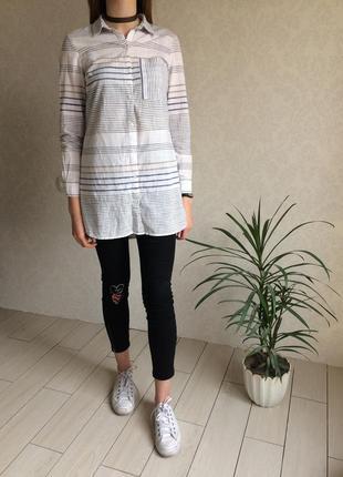 Трендовая удлиненная рубашка в полоску с воротником и длинным рукавом