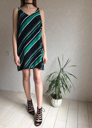 Стильное шифоновое платье на бретелях в полоску с разрезами по бокам
