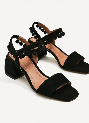 Замшевые босоножки сандали с помпонами от zara