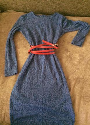 Актуальное трикотажное платье с портупеей