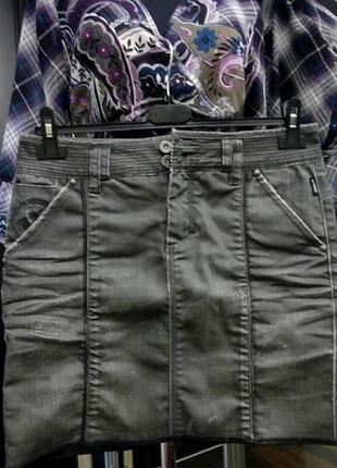 Практичная модель юбки в стиле деним