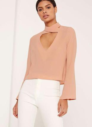 Стильная блуза с чокером и широкими рукавами