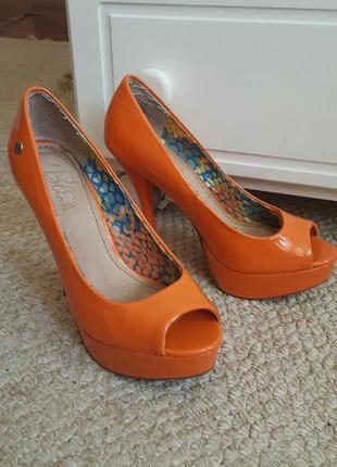Яркие туфли на каблуке