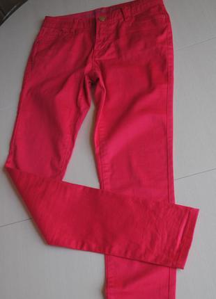 Яркие стильные брюки малинового цвета