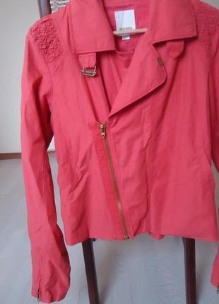 Крутая куртка - косоворотка яркого модного цвета