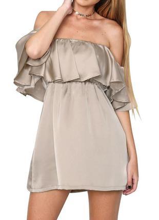 Платье в бельевом стиле с голыми плечами
