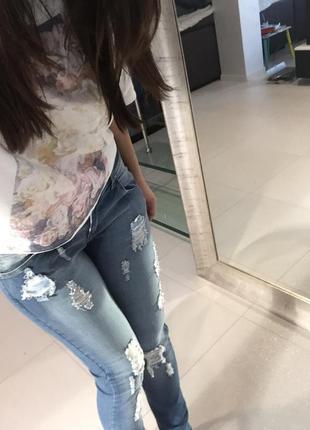 Стильные джинсы с прорезями