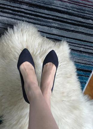 Черные туфли - лодочки.