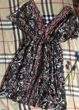 Сукня регулюється на талії зав'язками