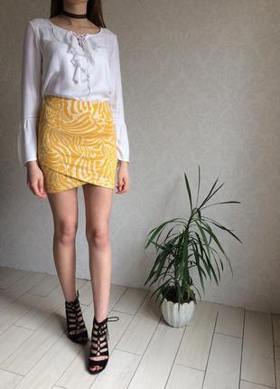 Трикотажная асимметричная юбка в принт