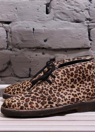 Яркие леопардовые ботинки дезерты clarks originals leopard pack