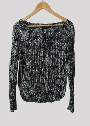 Черно-белая блузка с цветочными мотивами