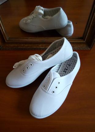 Легкі білі текстильні кеди тенісовки зі шнурівкою. ідеальні на літо!