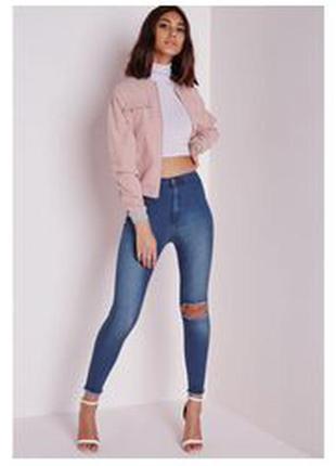 Невероятно мягкие эластичные джинсы на высокой посадке с дыркой на коленке