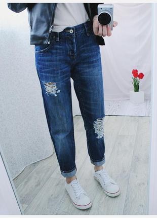 Фирменные рваные джинсы бойфренд заужены,на кнопках