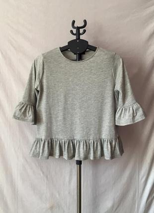 Трендовая трикотажная блуза с воланами