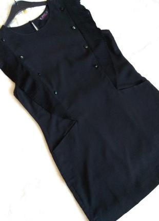 Красивое маленькое черное платье c красивыми пуговками
