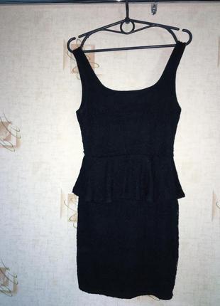 В гардеробе каждой девушке должно быть такое черное платье