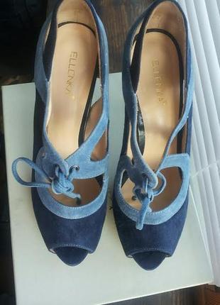 Замшевые туфельки с открытым носком на шнуровке