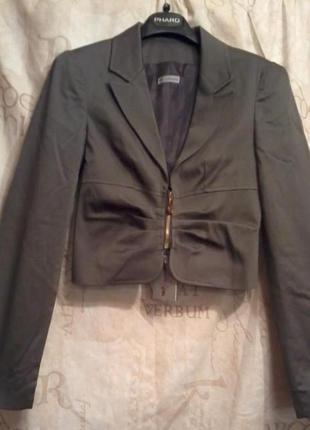 Короткий пиджак на подкладе