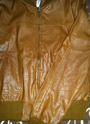 Стильная кожаная куртка-бомбер