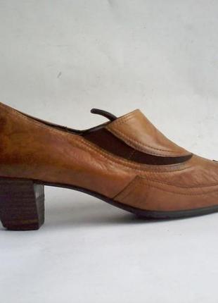 Под дверь подбросили старую обувь