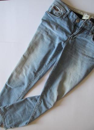 Светлые зауженные джинсы