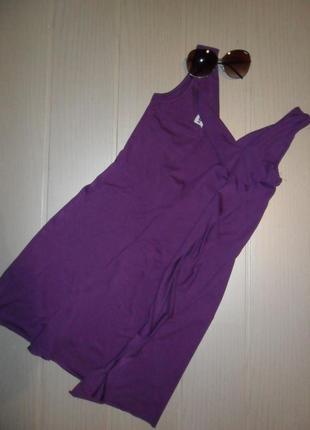 Платье цвета фуксии с воланом