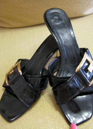Босоножки шлепки шлепанцы лаковая кожа на каблучке. размер 37