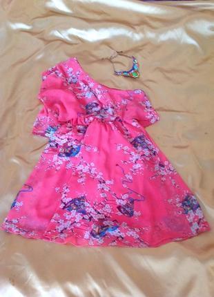 Розовое легкое летнее шифоновое платье через одно плечо платье в цветочный принт rise