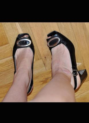 Новые босоножки кожаные на толстом каблуке размер 37/36