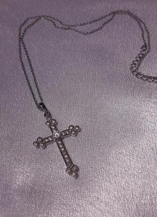 Стильный крестик инкрустированный камнями сваровски на цепочке