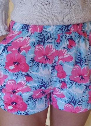 Яркие шорты в цветочек