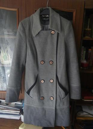 Серое кашемировое пальто с перламутровыми пуговицами.