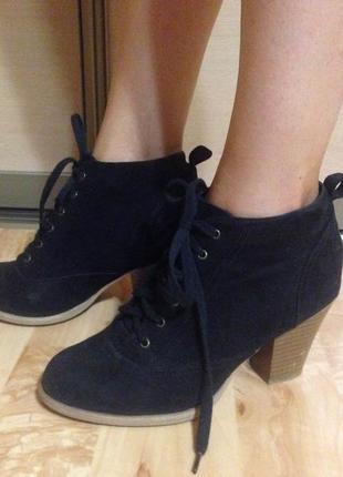 Черные ботинки на каблуке демисезонные на шнуровке