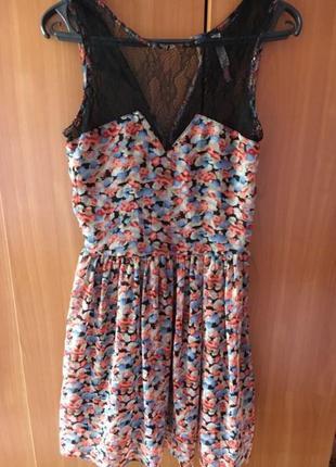 Красивое платье с кружевами и цветным принтом