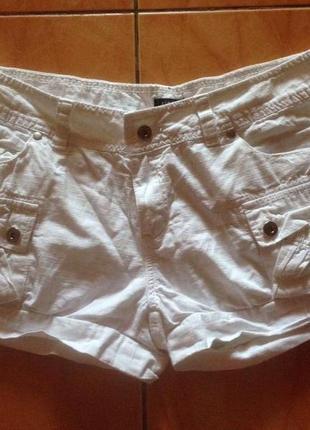 Летние белые шорты с накладными карманами