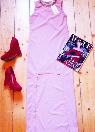 Стильное пудровое платье с цепочкой в пол