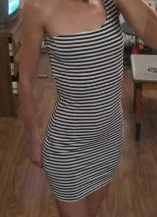 Платье в полоску на одно плечо
