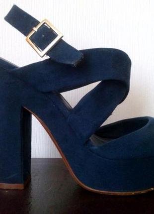 Синие босоножки на высоком каблуке bershka