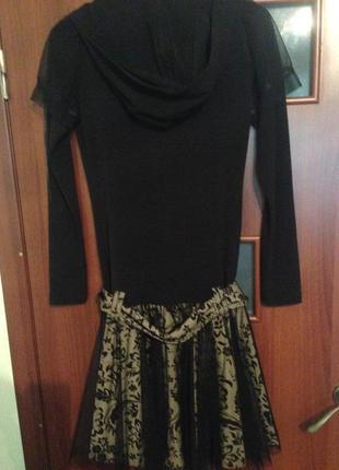 Актуальное платье с капюшоном и юбкой сеткой