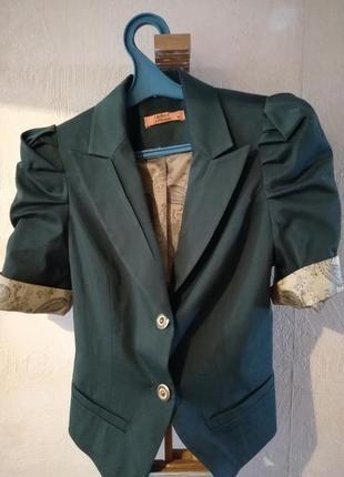 Замечательный пиджак с коротким рукавом