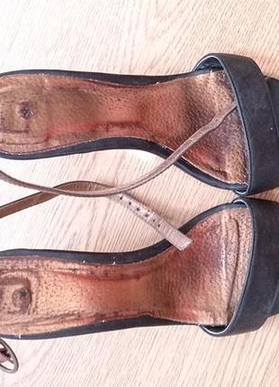 Легкие черные босоножки на каблуке