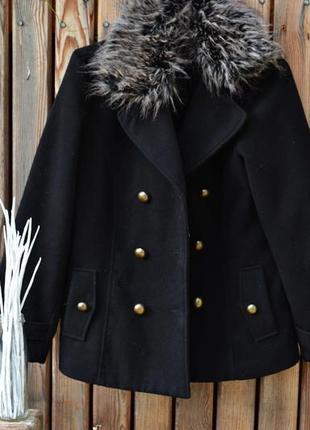 Чёрное пальто на пуговицах в английском стиле с мехом