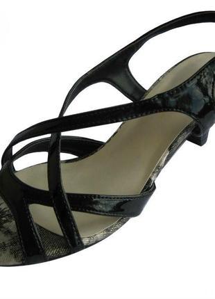 Лакированные босоножки на низком каблуку