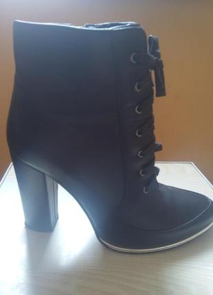 Ботинки на шнуровке на каблуке.