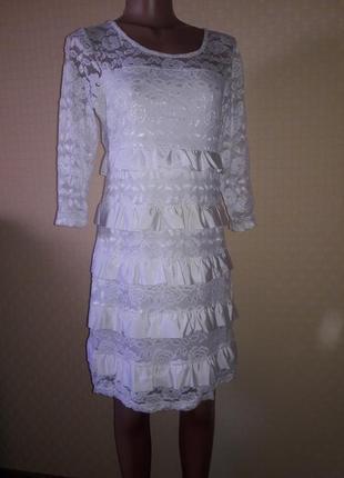 Белое ажурное платье с рюшами