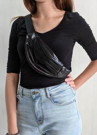 Стильная бананка натуральная кожа, модная сумка на пояс очень темная лаковая черная