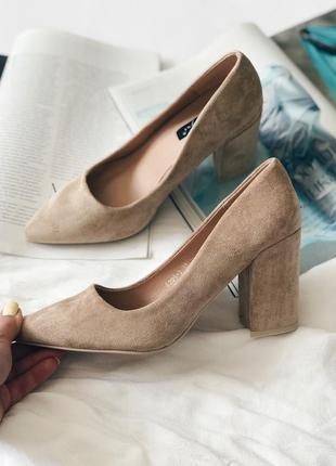 Женские бежевые туфли на среднем каблуке