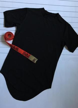 Чорна удовжена футболка